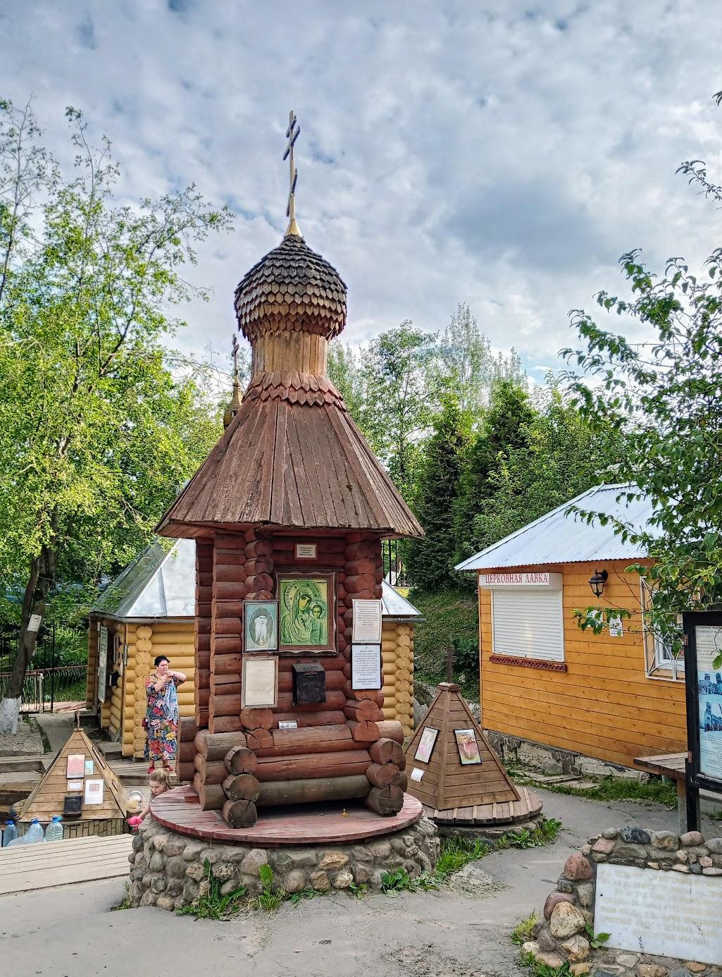Святая вода льется из труб, источник оборудован как маленький домик.