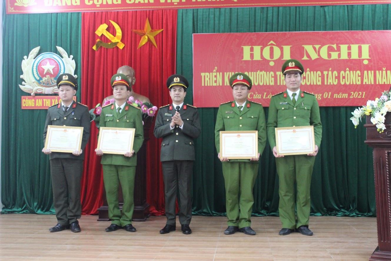 Đồng chí Đại tá Nguyễn Đức Hải - Phó Giám đốc Công an tỉnh trao Bằng khen của Bộ Công an cho 4 cá nhân