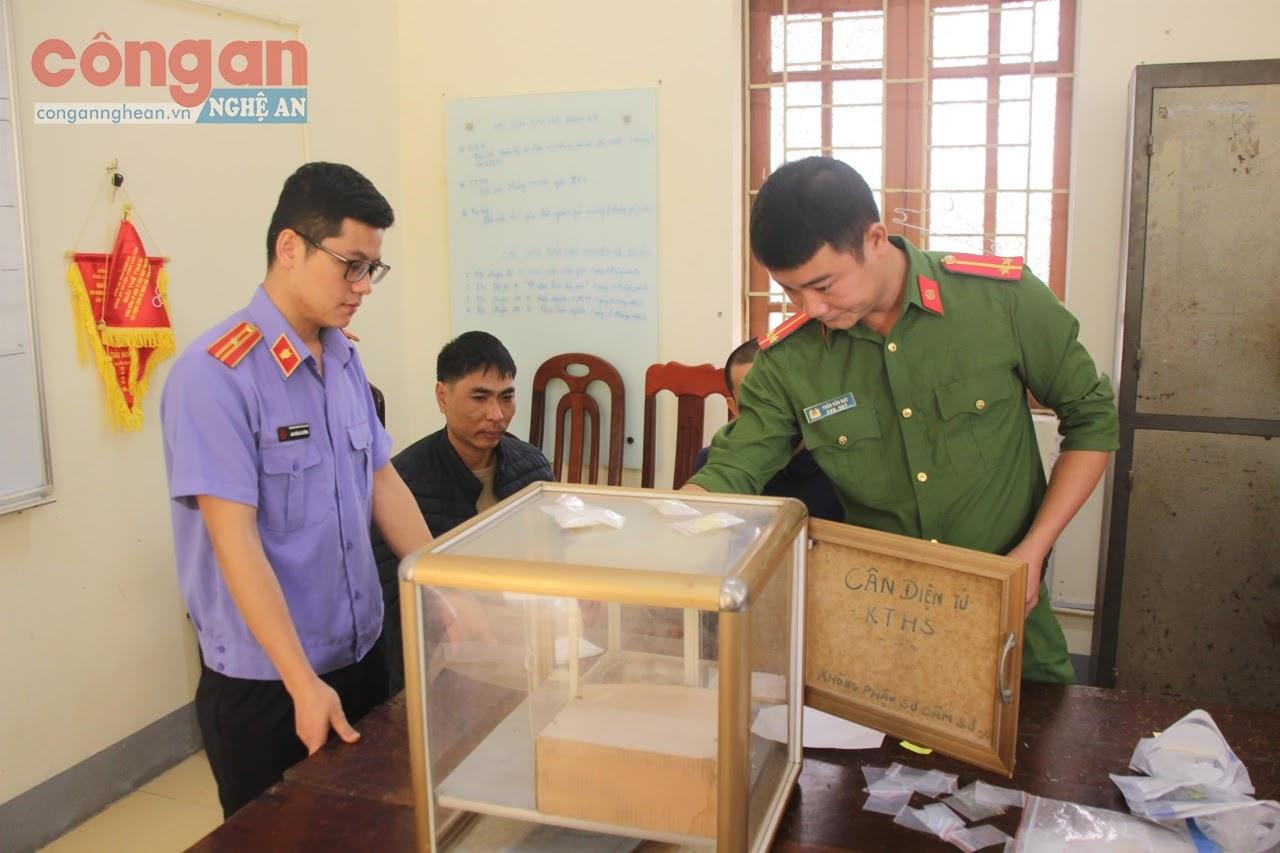 Công an huyện Hưng Nguyên kiểm tra số lượng ma túy thu giữ trong 1 chuyên án