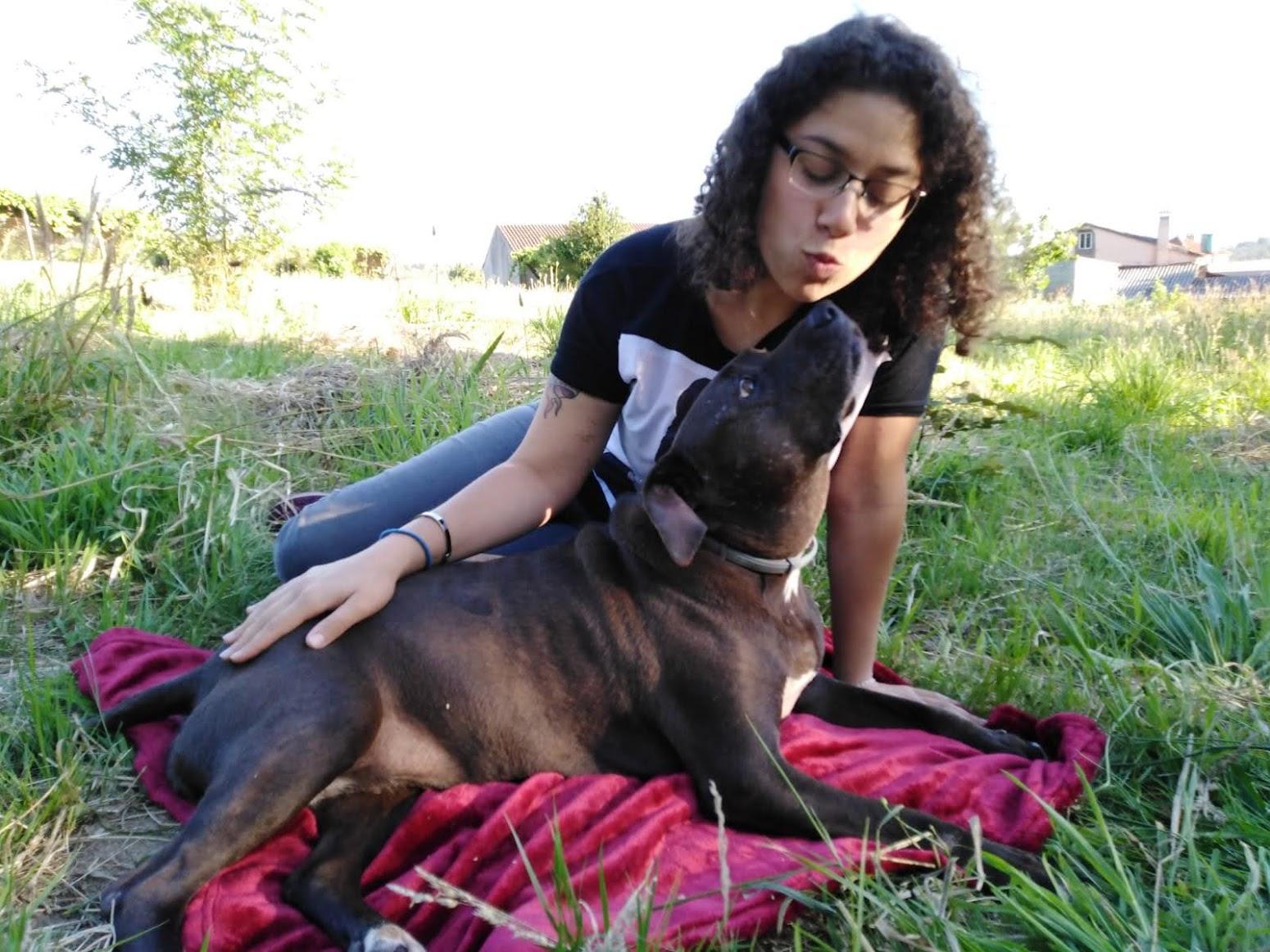Sarah con su perro.