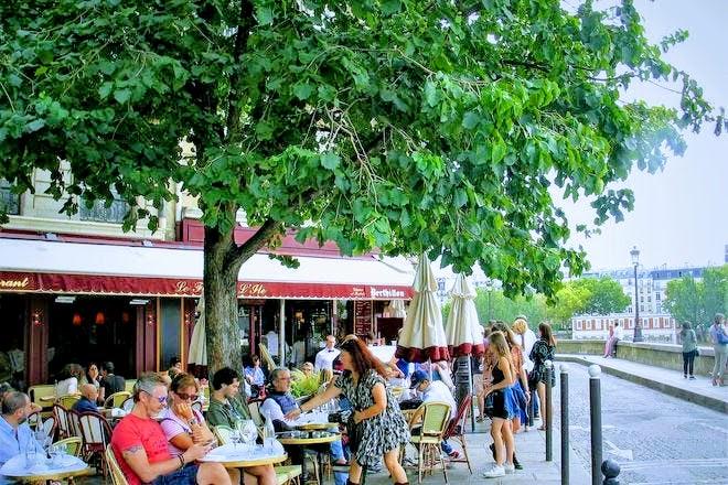 エミリー、パリへ行く リュックに会うカフェ