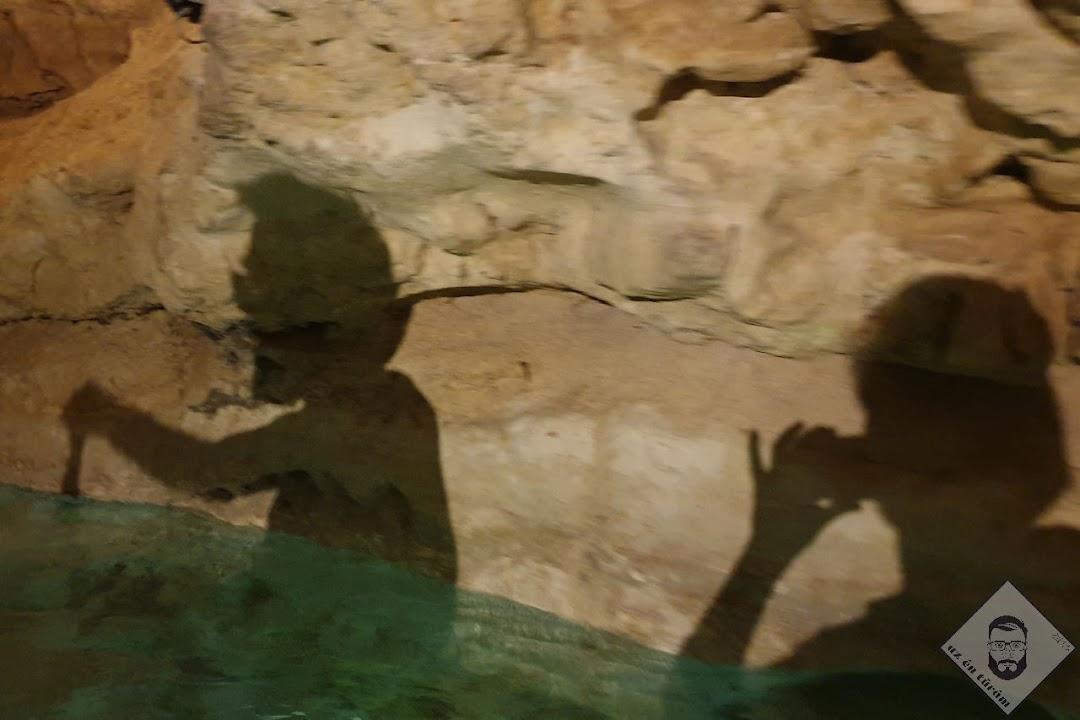 KÉP / Evezek, Judit pedig elegánsan feltartott kisujjal fényképez