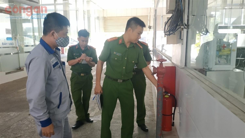 Cán bộ Cảnh sát PCCC&CNCH kiểm tra việc chấp hành các quy định PCCC tại cơ sở