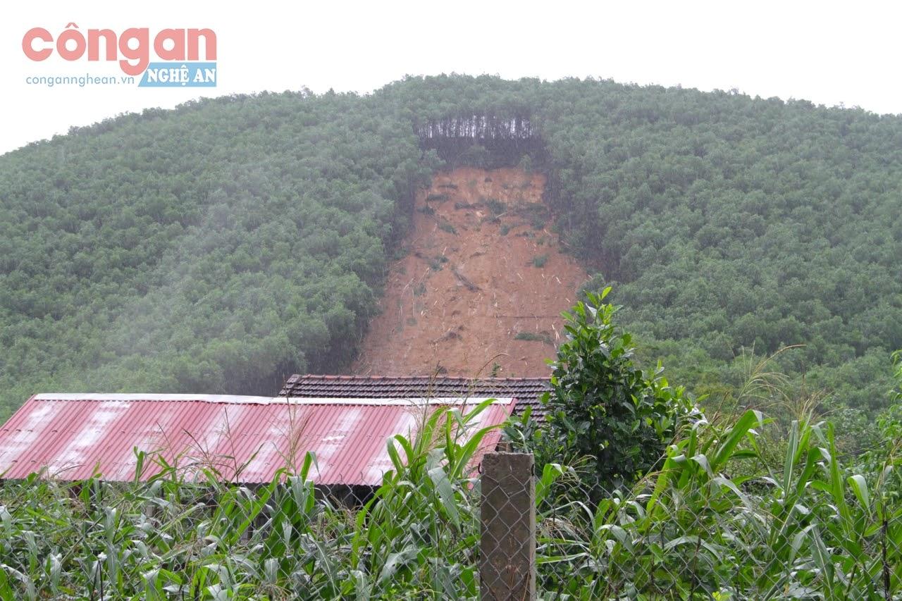 Một vụ sạt lở đất đe dọa đến tài sản, tính mạng của người dân                                  tại xã Thanh An, huyện Thanh Chương