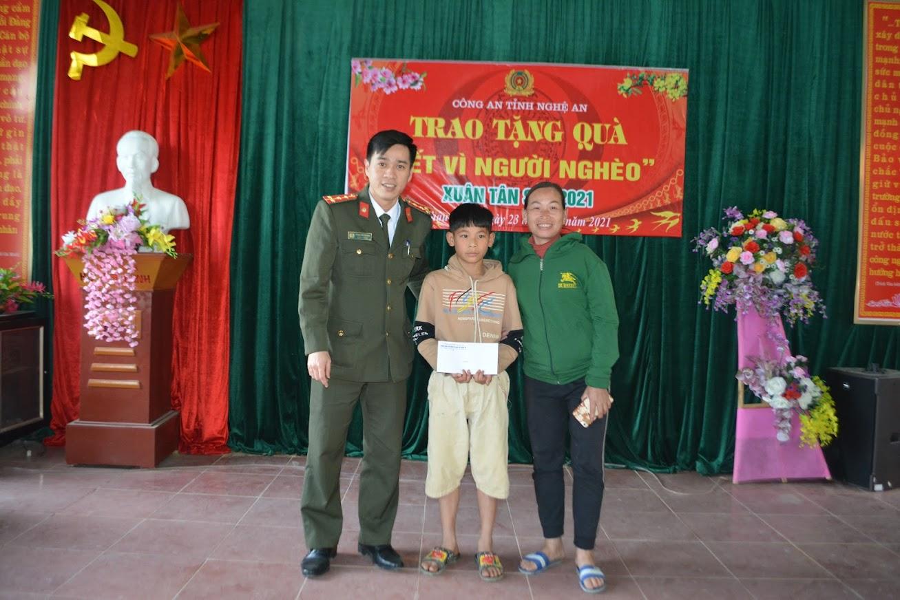 Phòng công tác đảng và công tác chính trị trao tặng quà cho cháu Nguyễn Anh Quốc