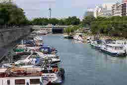 エミリー、パリへ行く Walking with Painter Canal Saint-Martin