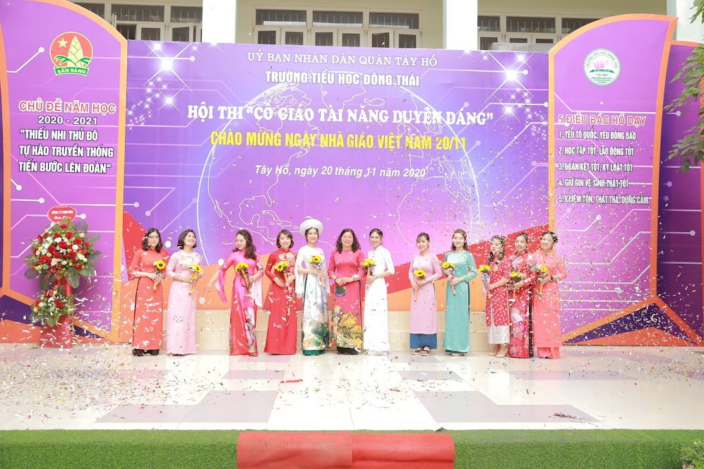 Đồng chí Nguyễn Thúy Minh - Bí thư Chi bộ – Hiệu trưởng nhà trường tặng hoa cho các cô giáo tham gia Hội thi