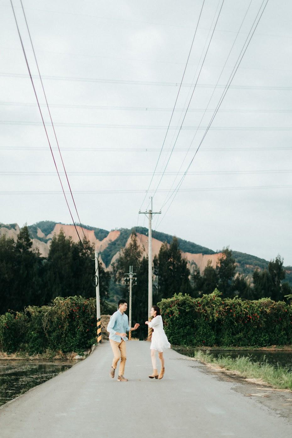 AG美式婚紗 | Zehung + Grace Engagement | fine art美式逐光婚紗 AG美式婚紗 / fine art 婚紗 / 美式婚紗婚禮 / 時裝照 , 去年夏季,我們為Zehung & Grace拍攝了這組 藝術 時裝 婚紗 ,他們走在七期的街頭,而我嘗試拍攝AG鮮少出現的高冷風格,一切相當順利。這是一次非常深刻的 AG 藝術 時裝婚紗 拍攝經驗,午後我們前往遼闊的大峽谷,為他們拍攝AG專屬的 逐光 美式 婚紗。