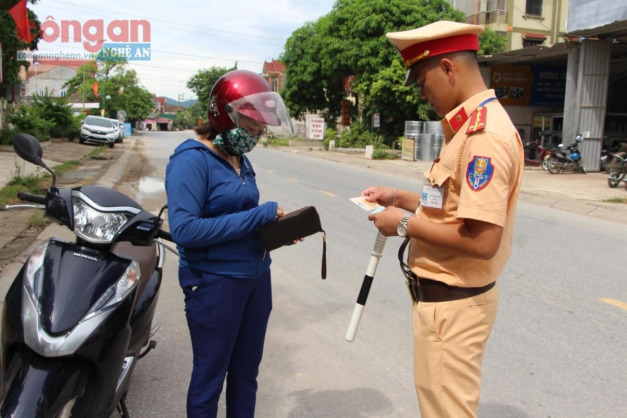 Cán bộ Công an huyện Nam Đàn kiểm tra việc chấp hành Luật Giao thông đường bộ của người dân trên địa bàn