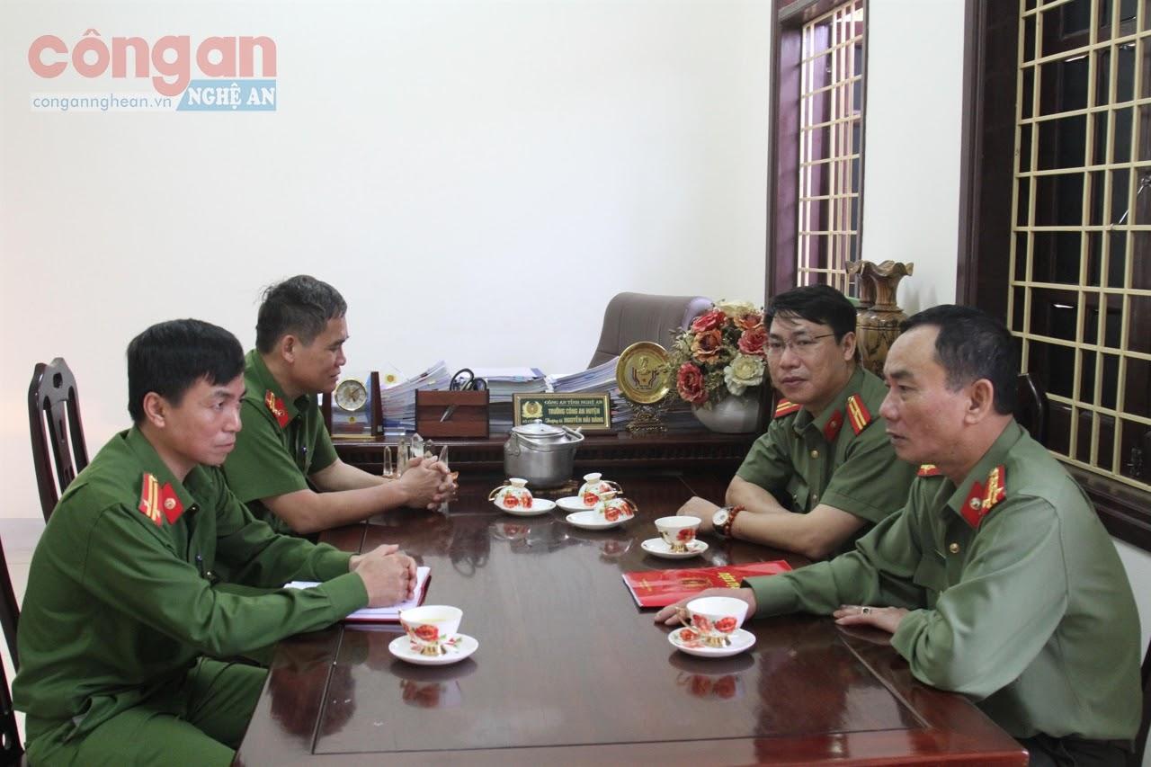 Đồng chí Đại tá Lê Xuân Hoài, Phó Giám đốc Công an tỉnh nghe lãnh đạo Công an huyện Con Cuông báo cáo kết quả các mặt công tác của đơn vị
