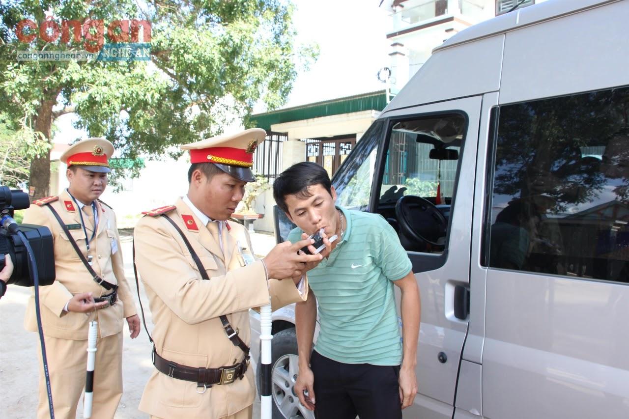 Công an huyện Yên Thành tăng cường kiểm tra, kiểm soát hoạt động vận tải hành khách đảm bảo an toàn