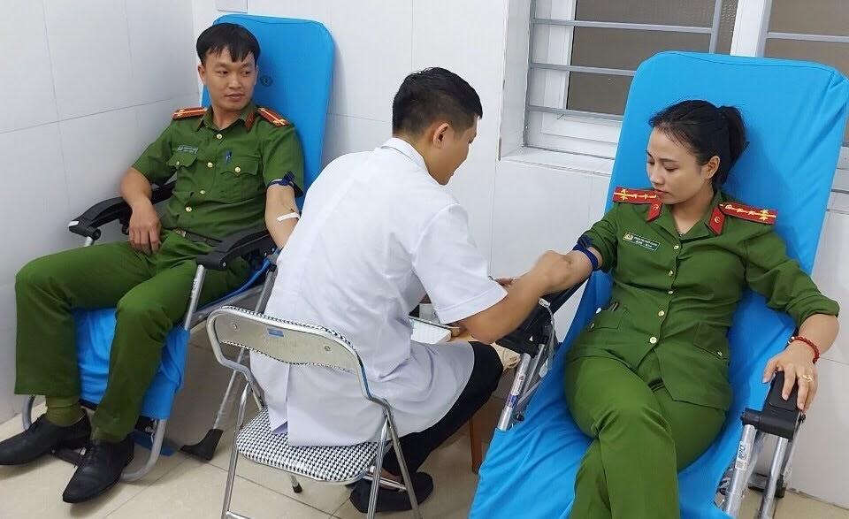 Đại úy Phan Thùy Dung và Thượng úy Hoàng Viết Tuấn hiến máu cứu chữa cháu bé