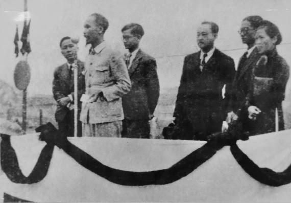 Chủ tịch Hồ Chí Minh và các đại biểu Quốc hội đầu tiên của Hà Nội ra mắt cử tri tháng 2/1946. Ảnh Tư liệu
