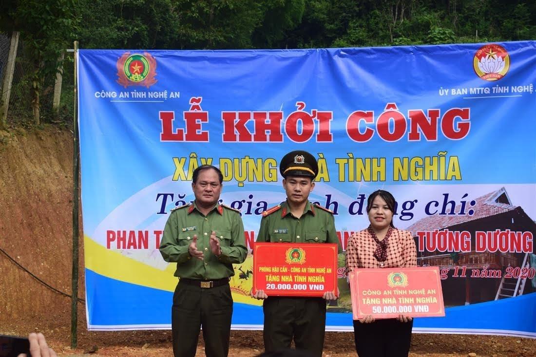 Đồng chí Đại tá Trần Thăng Long, Trưởng phòng Hậu cần Công an tỉnh trao quà hỗ trợ