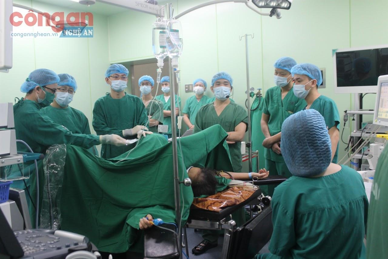 Phẫu thuật nội soi tán sỏi thận qua da bằng đường hầm nhỏ trên bệnh nhân tại Bệnh viện Đa khoa TP Vinh