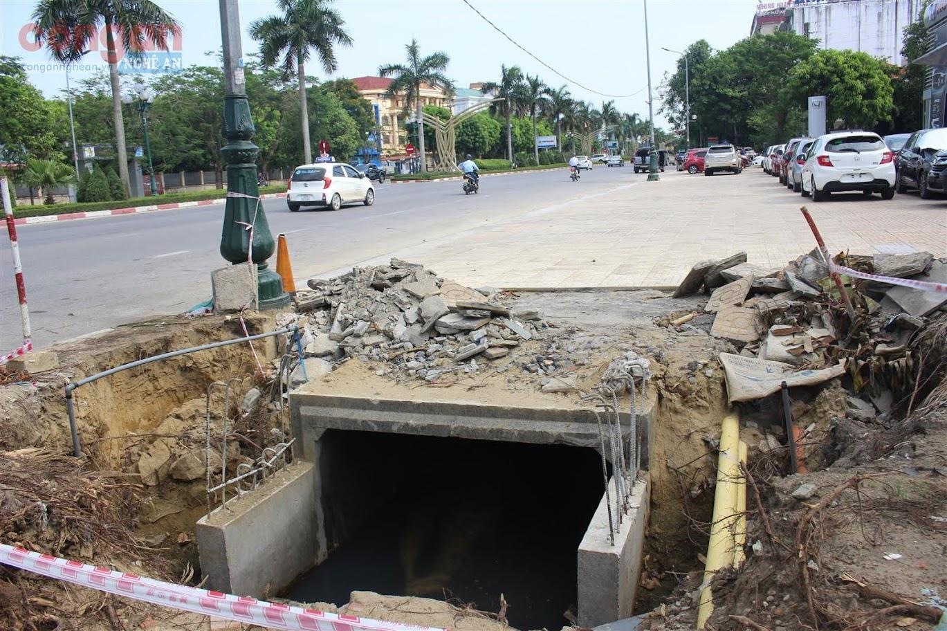 Một số hố công trình đang trong giai đoạn thi công nhưng không có rào chắn an toàn hay bất kỳ biển cảnh báo nào gây nguy hiểm cho người đi đường và làm mất mỹ quan đô thị.