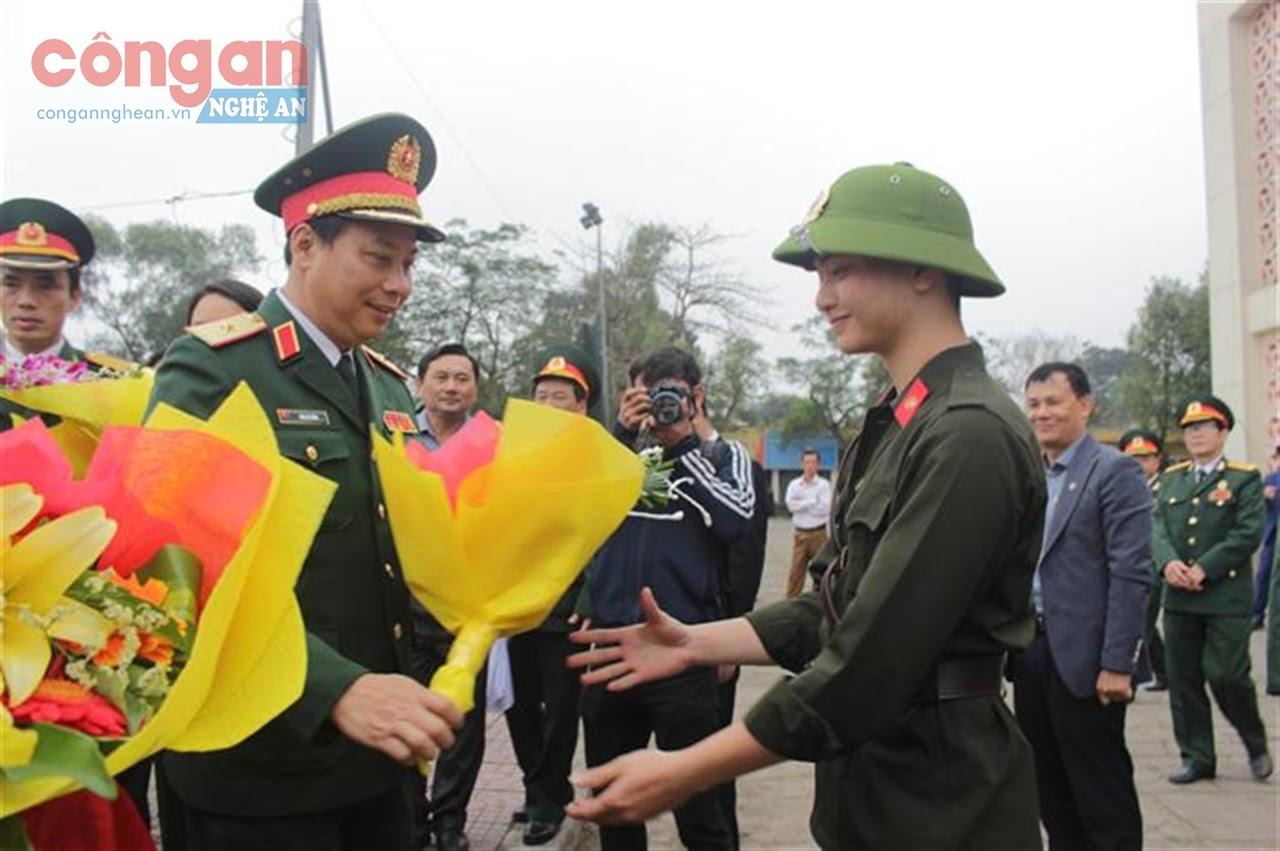 Lãnh đạo các đơn vị tặng hoa cho các tân binh tại Lễ giao nhận quân