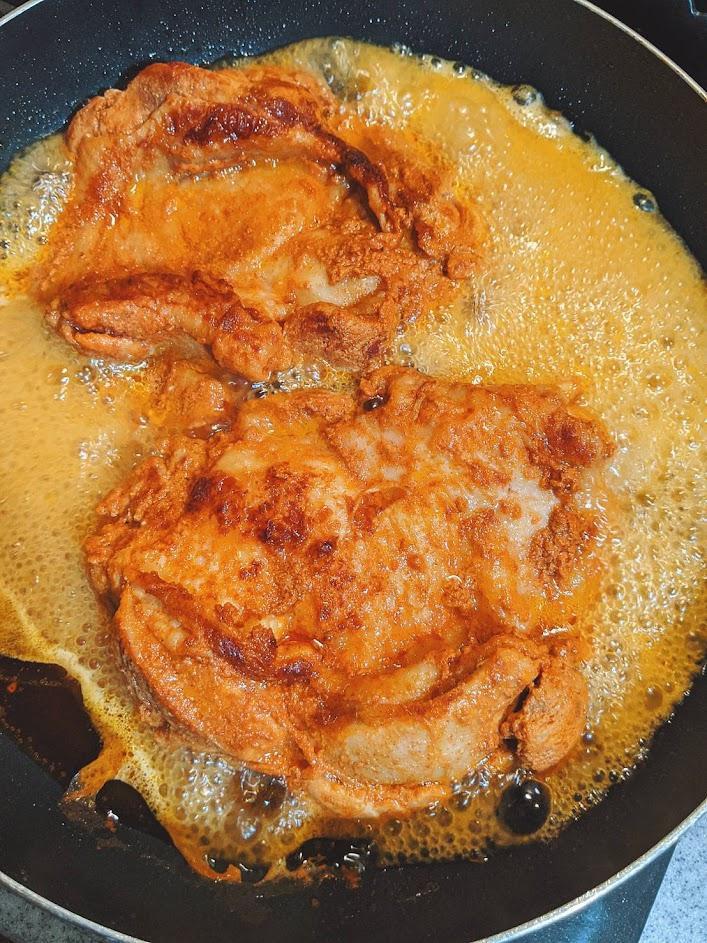 フライパンのタンドリーチキン、肉汁がたくさん出てきている画像