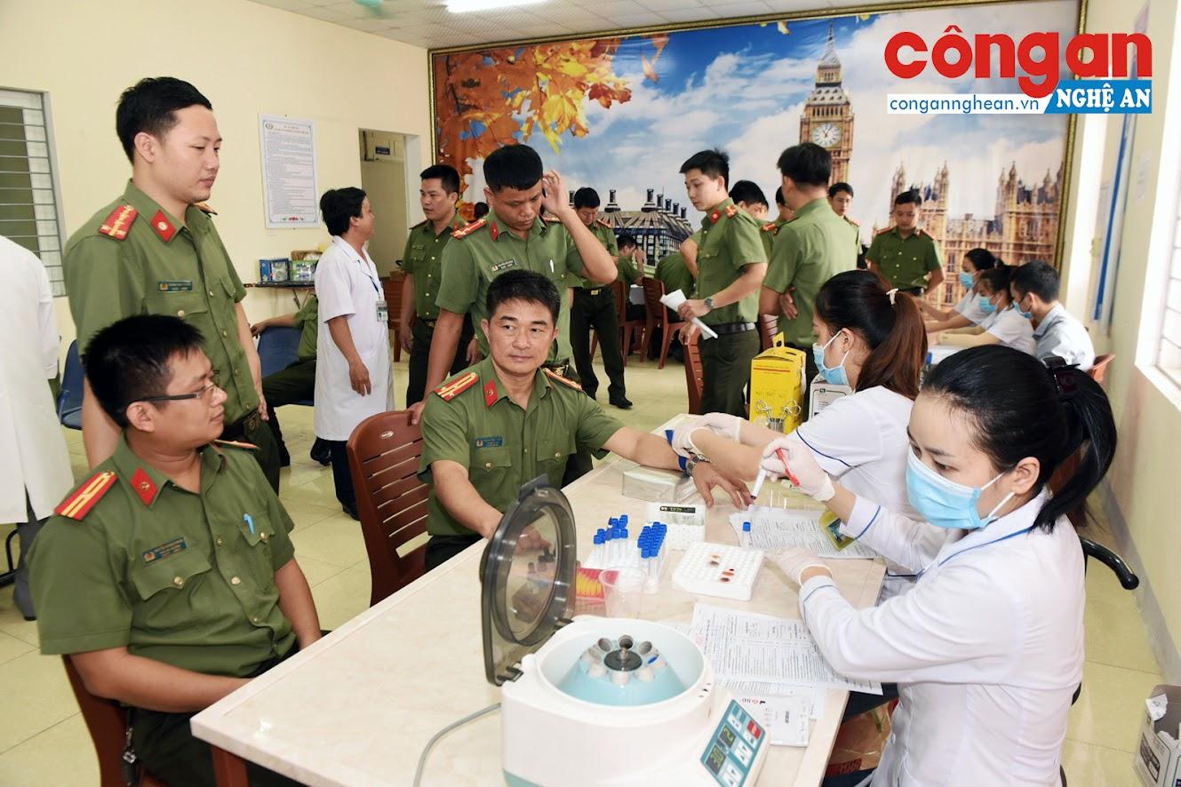 Gần 100 Cán bộ chiến sĩ Công An Nghệ An tham gia hiến máu