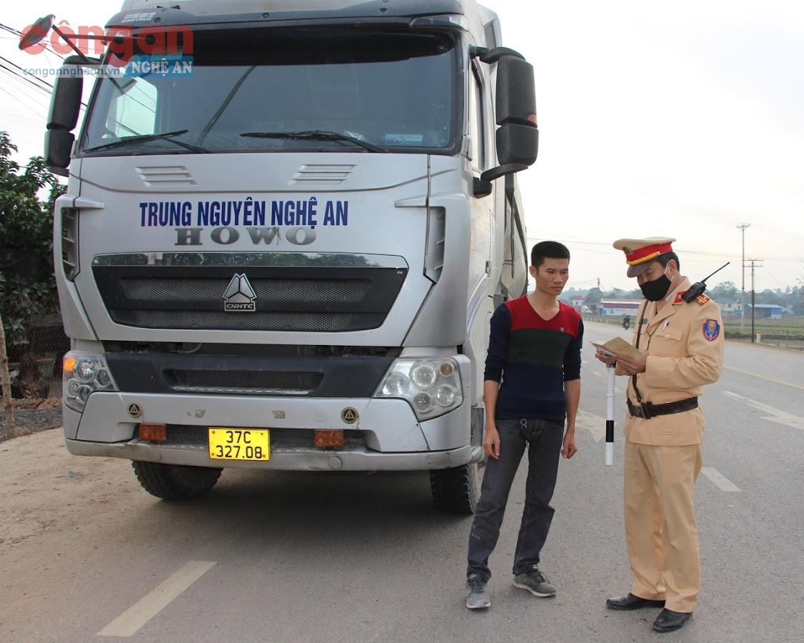 Cảnh sát giao thông Trạm Diễn Châu kiểm tra xe ôtô vận tải
