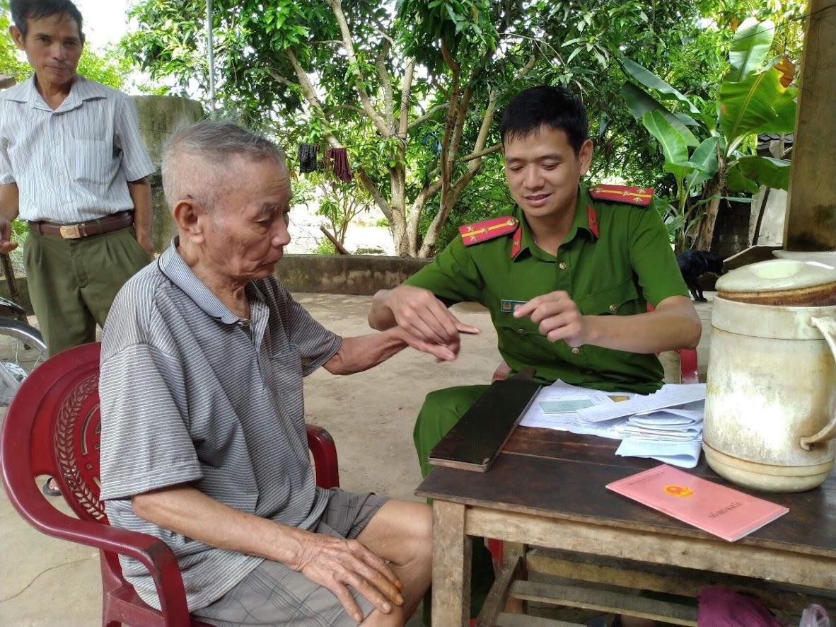 Cán bộ Công an huyện Đô Lương đến địa bàn làm thủ tục  cấp CMND cho người dân