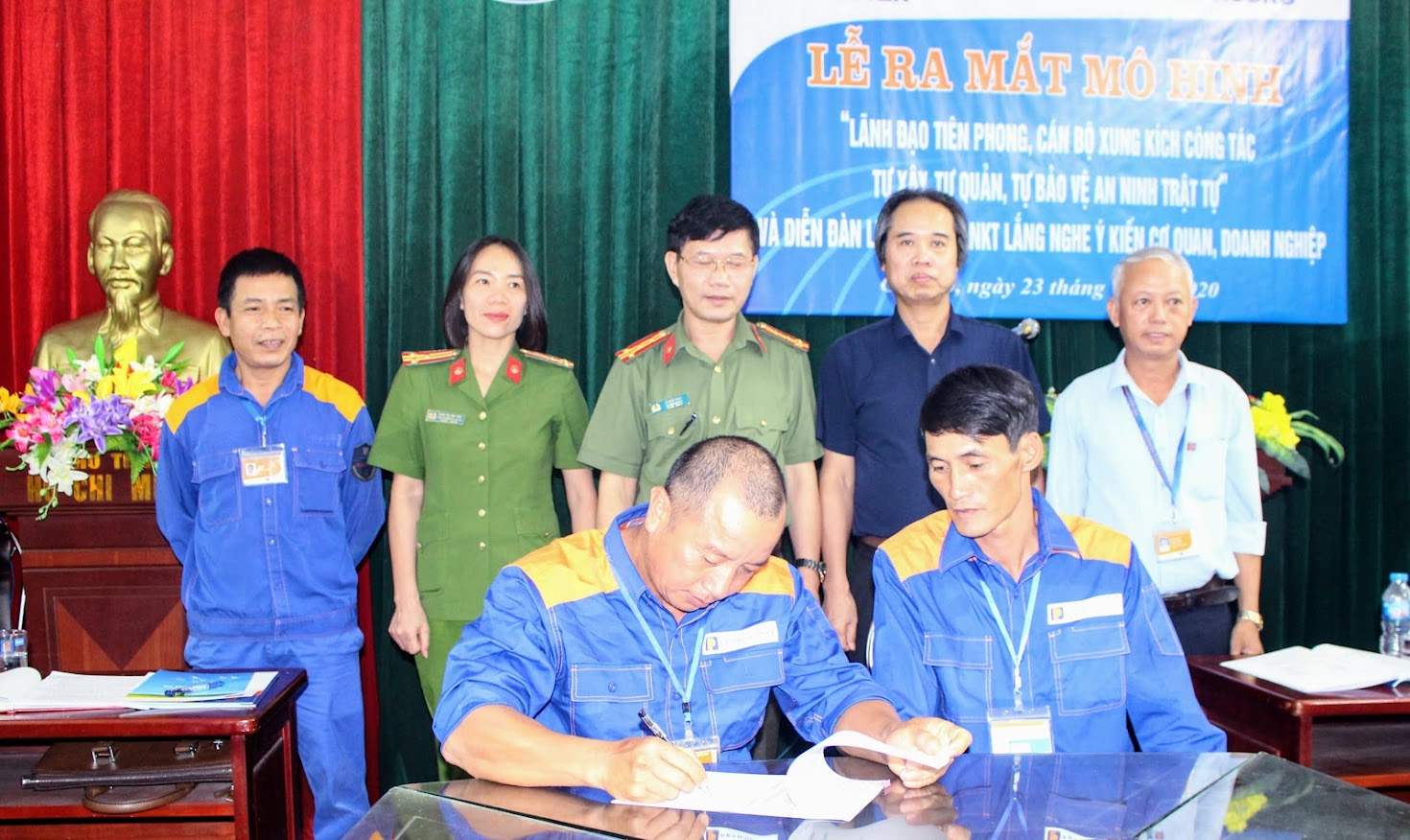 Đại diện các Ban tự quản ký cam kết ra mắt mô hình