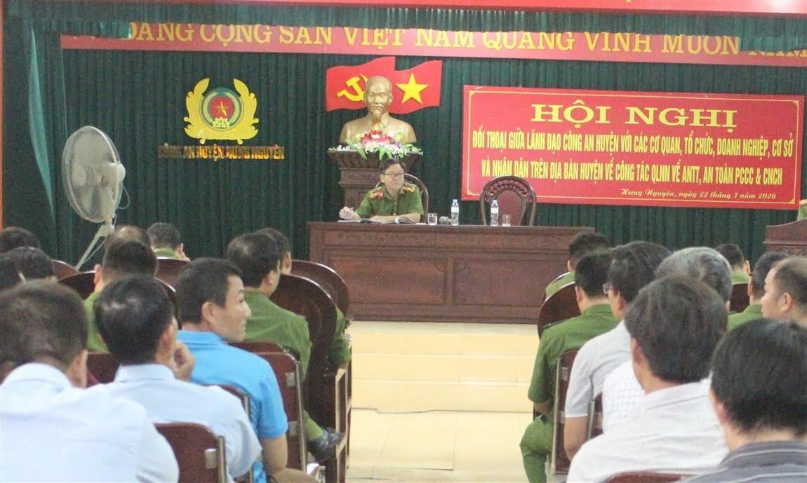 Đồng chí Thượng tá Trịnh Xuân Hợp, Phó Trưởng Công an huyện chủ trì Hội nghị