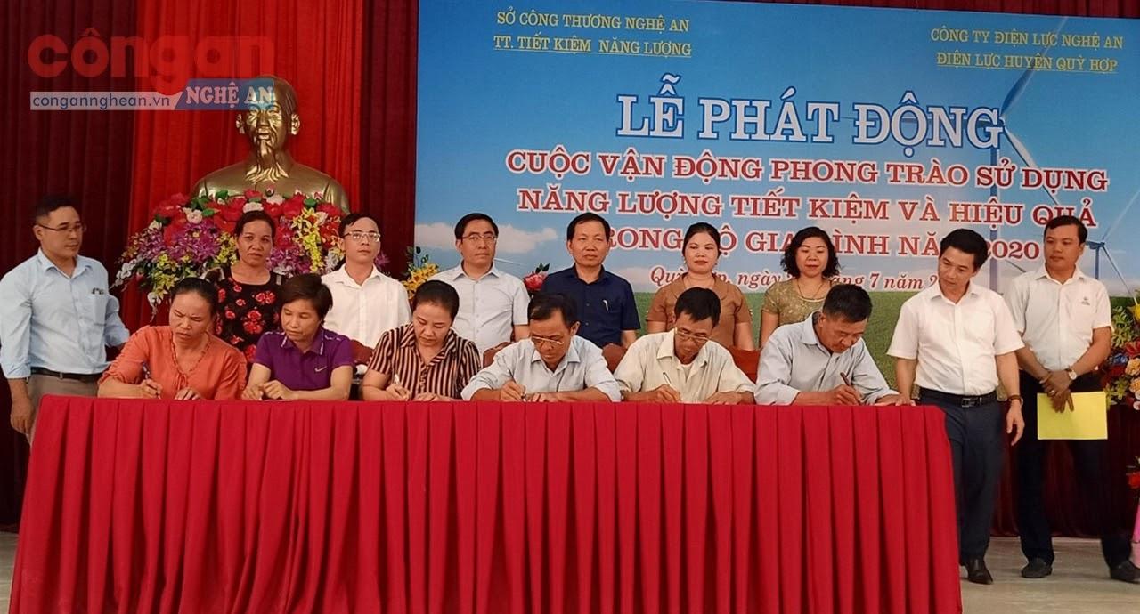 """Các xóm trưởng trên địa bàn xã Châu Quang, huyện Quỳ Hợp ký cam kết thực hiện chương trình hưởng ứng  Cuộc thi """"Gia đình Tiết kiệm điện''"""