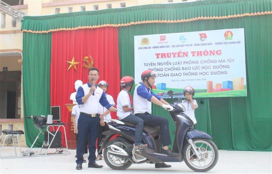 Các em học sinh được hướng dẫn tham gia giao thông an toàn, đội mũ bảo hiểm đúng cách.