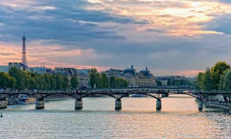 エミリー、パリへ行く 彼氏に電話する橋