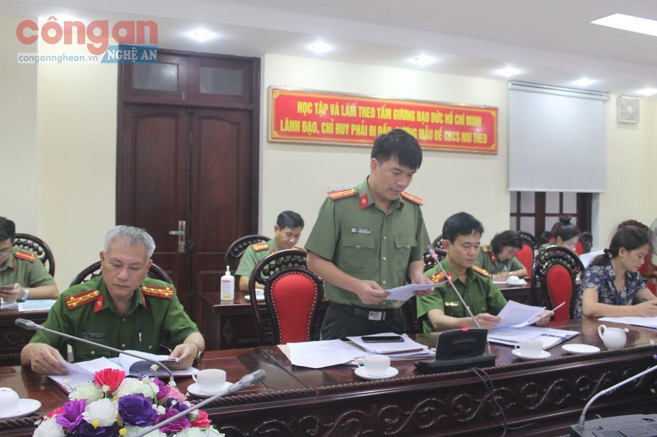 Thiếu tá Bùi La Sơn, Phó trưởng phòng Tham mưu Công an tỉnh trình bày đề dẫn góp ý dự thảo