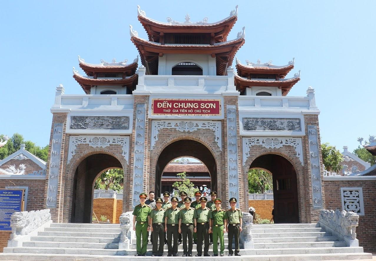 Thứ trưởng Lương Tam Quang và đoàn công tác chụp ảnh lưu niệm tại Đền Chung Sơn.