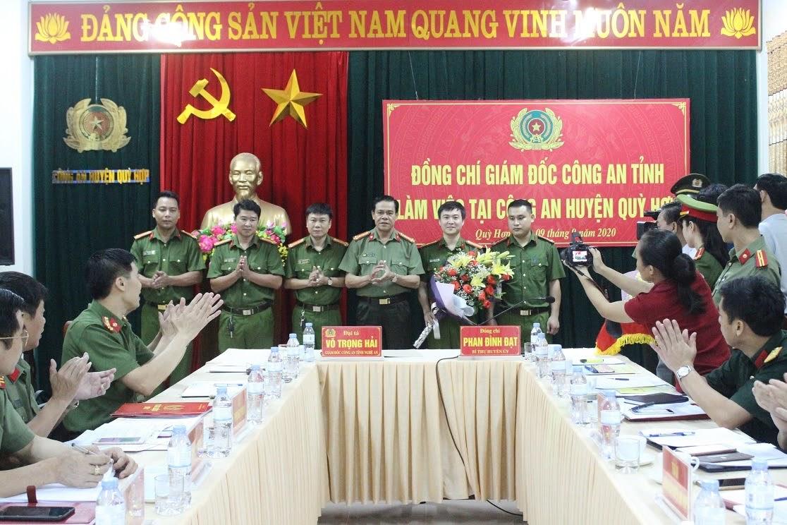 Đồng chí Đại tá Võ Trọng Hải - Giám đốc Công an tỉnh trao thưởng cho Công an huyện về thành tích xuất sắc trong việc phá thành công chuyên án ma túy.