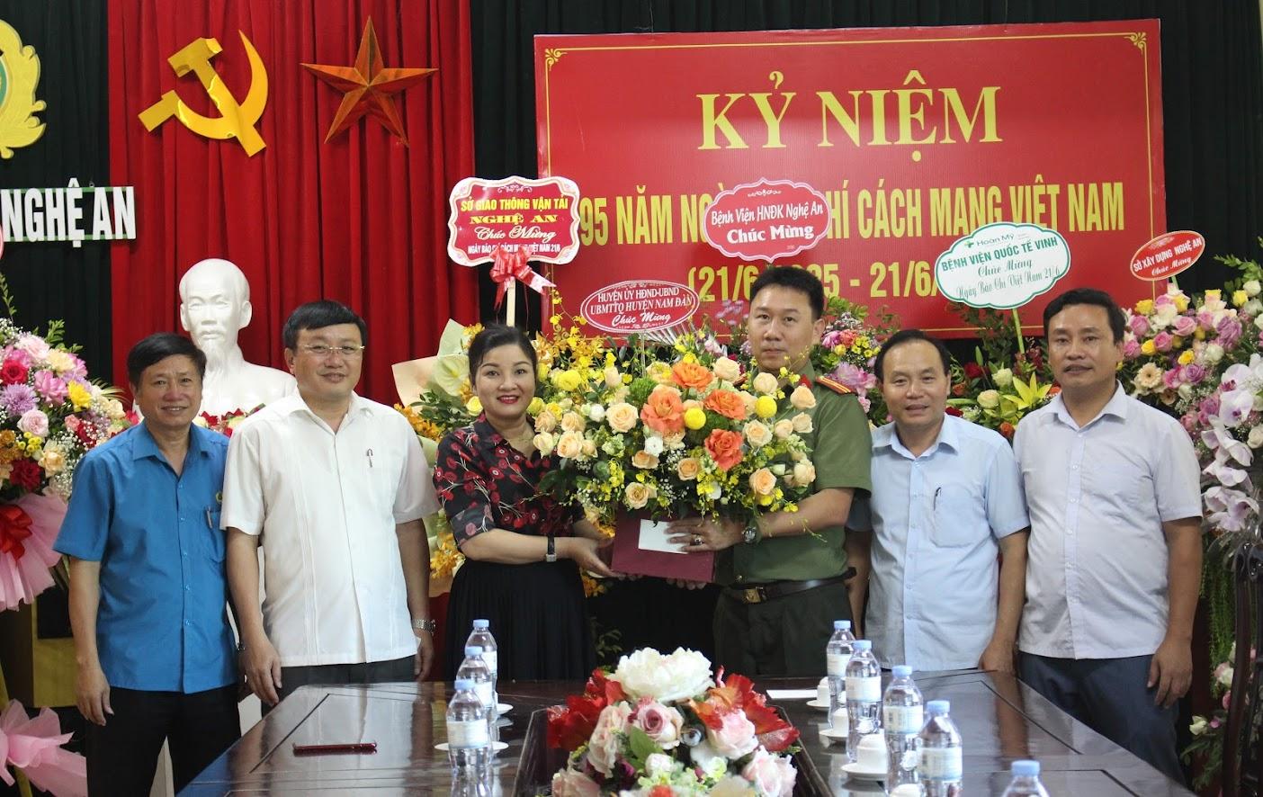 Huyện Nam Đàn chúc mừng Báo Công an Nghệ An