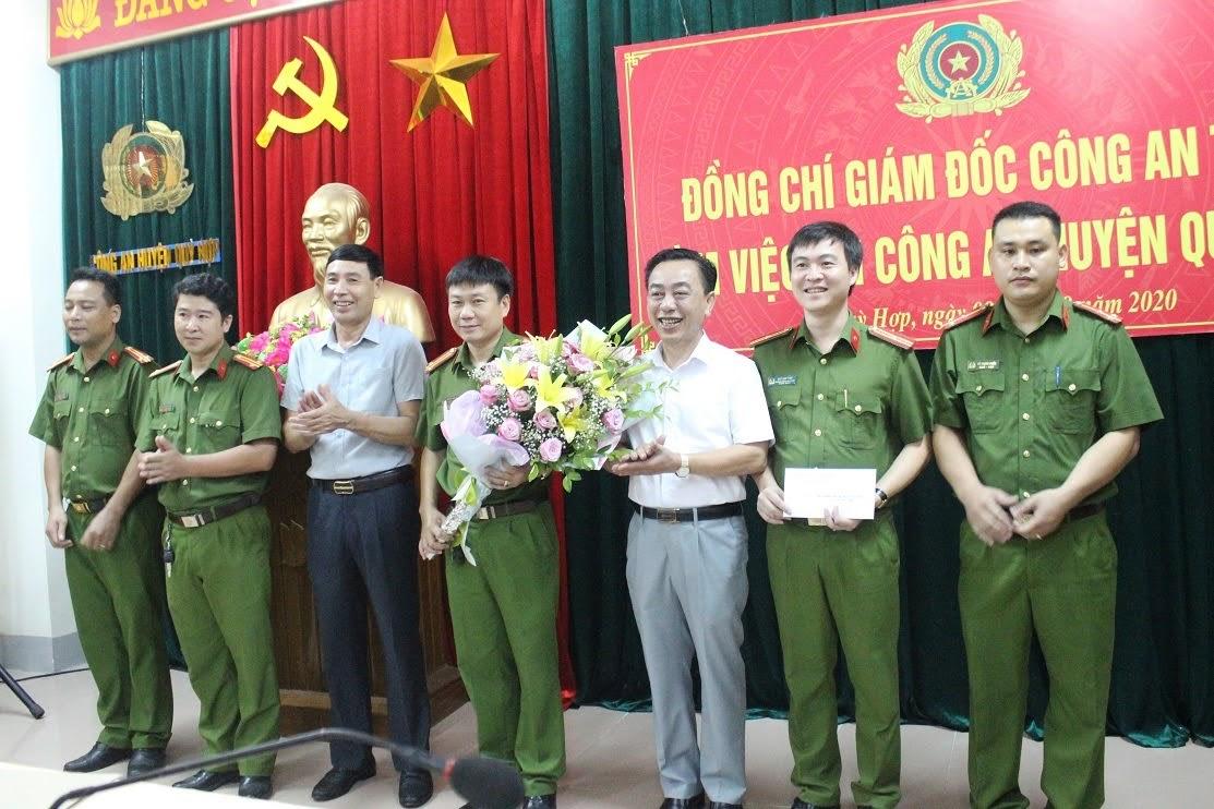 Lãnh đạo huyện Quỳ Hợp trao thưởng cho Công an huyện về thành tích xuất sắc trong việc phá thành công chuyên án ma túy.