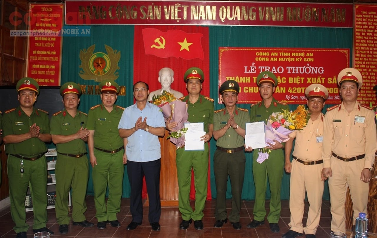 Đồng chí Đại tá Lê Xuân Hoài, Phó Giám đốc Công an tỉnh trao thưởng                                              cho thành tích xuất sắc của Công an huyện Kỳ Sơn