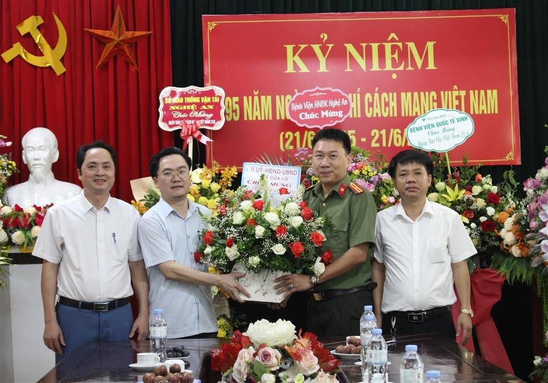 Thị xã Cửa Lò chúc mừng Báo Công an Nghệ An