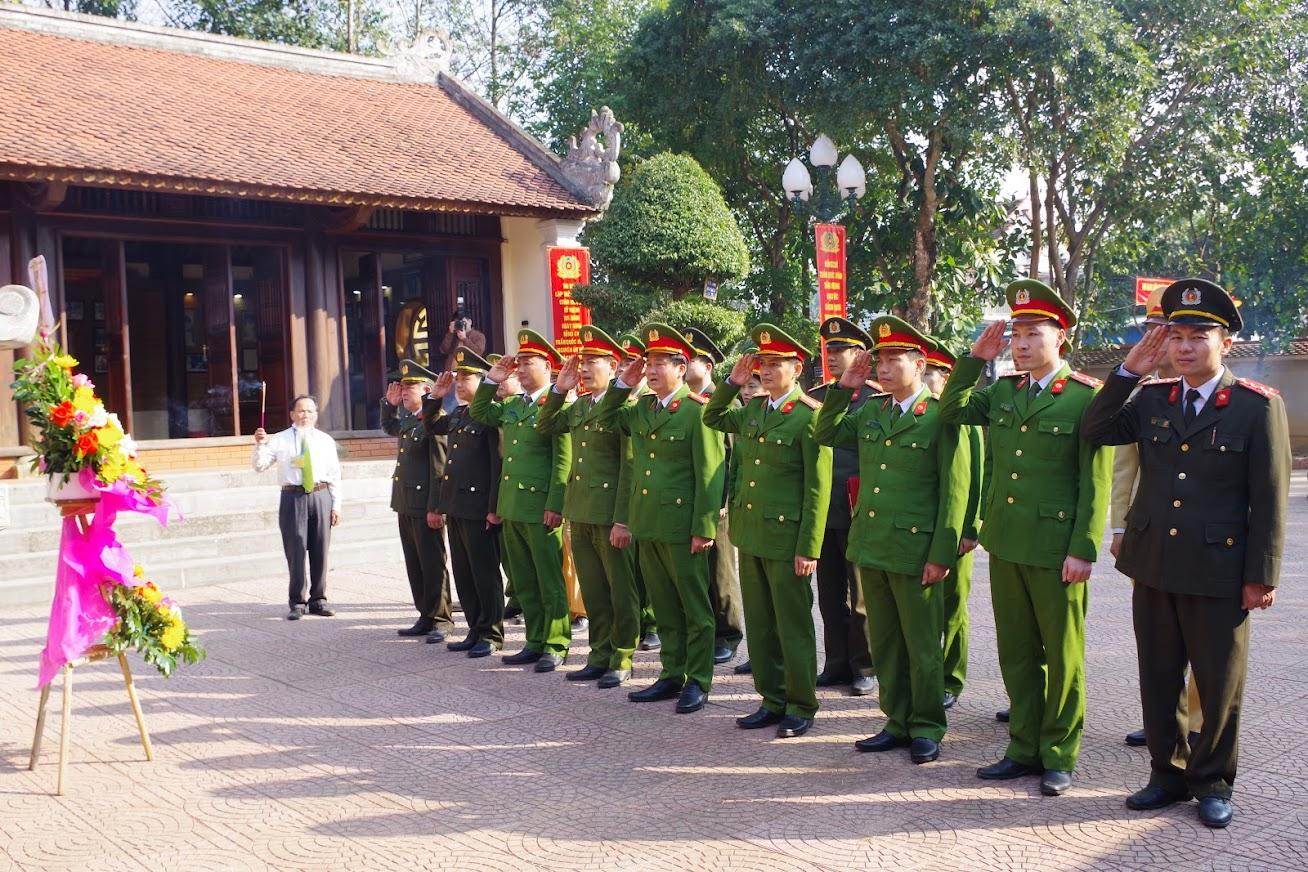 1.Đoàn đại biểu Công an huyện Đô Lương làm lễ dương hoa, dâng hương tại Nhà tưởng niệm Cố Bộ trưởng Trần Quốc Hoàn