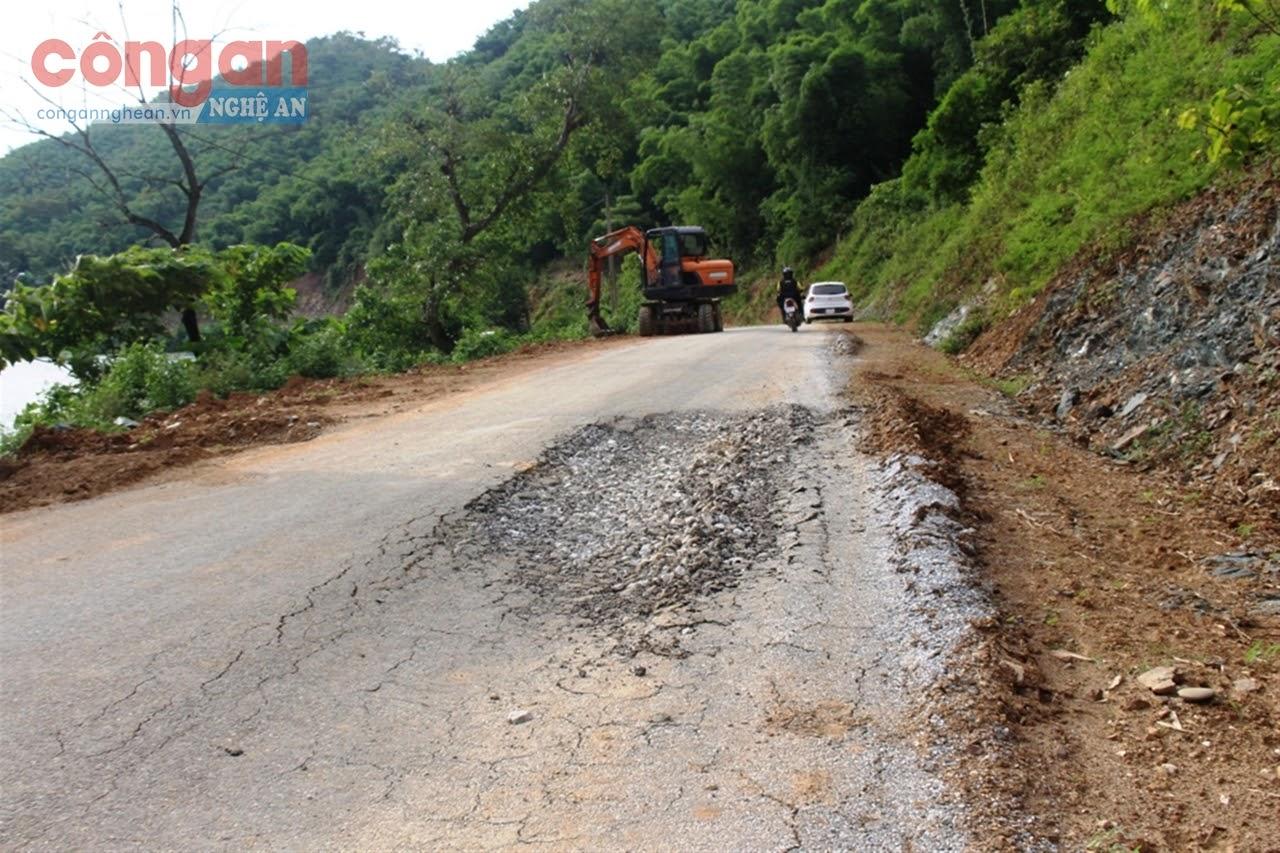 Một vị trí mặt đường mới làm xong chưa lâu đã bị phình lún, hư hỏng