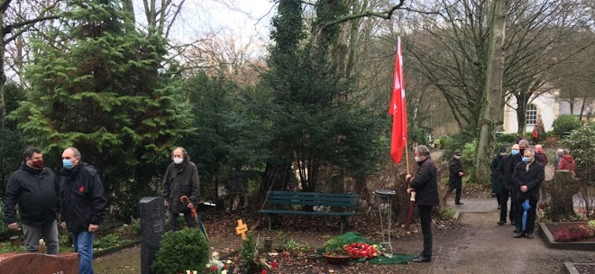 Friedhof, Trauernde, DKP-Fahne.