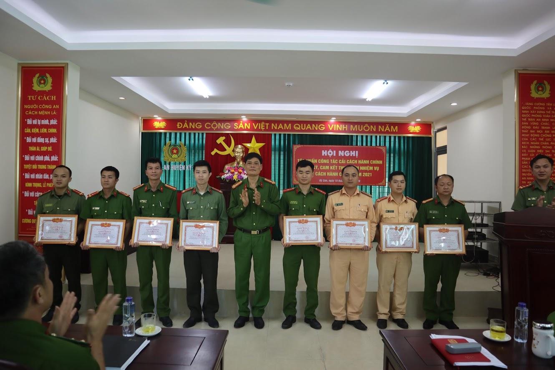 Trao thưởng cho các tập thể, cá nhân có thành tích xuất sắc trong công tác CCHC năm 2020