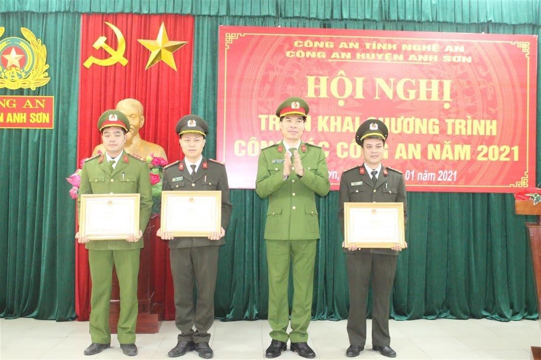 Đồng chí Đại tá Cao Minh Huyền, Phó Giám đốc Công an tỉnh thừa ủy quyền của đồng chí Bộ trưởng Bộ Công an lên trao Bằng khen cho các 4 cá nhân có thành tích xuất sắc trong phong trào thi đua vì ANTQ giai đoạn 2018 -2019