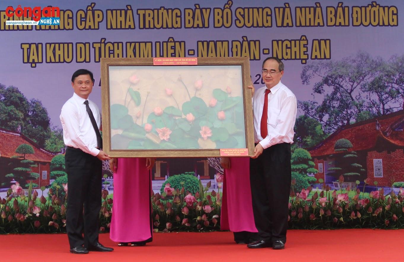 Lãnh đạo TP Hồ Chí Minh tặng quà cho lãnh đạo tỉnh Nghệ An
