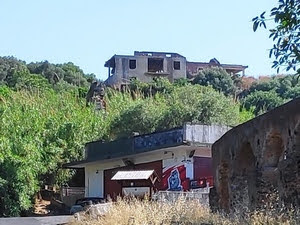edificio abusivo nella Timpa di Leucatia