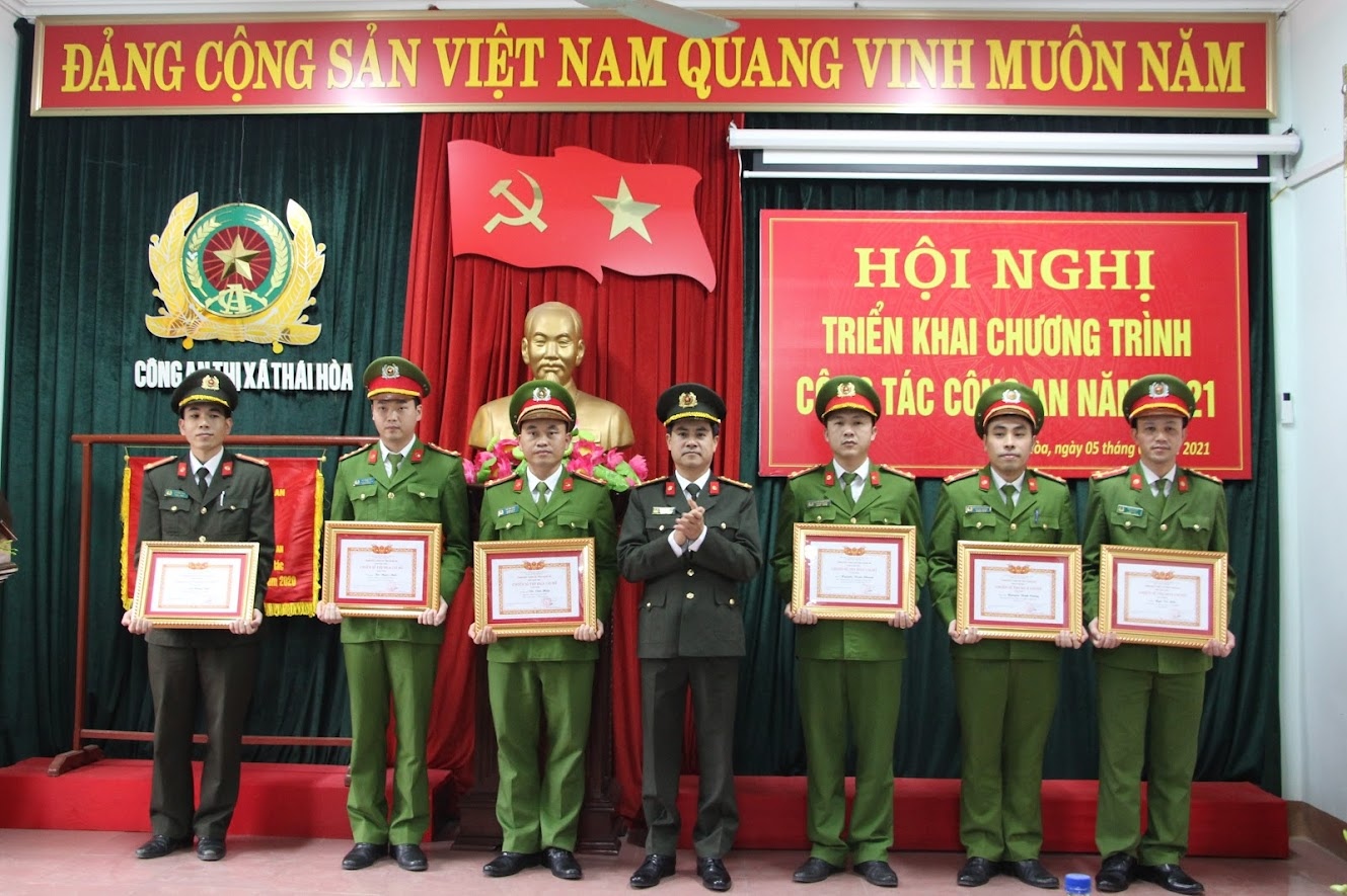 Trao danh hiệu Chiến sỹ thi đua cơ sở cho các cá nhân