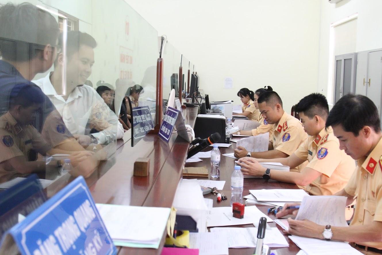Nghị định... tạo thuận lợi cho cả lực lượng chức năng và người dân trong quá trình xử lí phương tiện bị tạm giữ. Trong ảnh: CBCS Phòng CSGT Công an Nghệ An giải quyết thủ tục hành chính cho người dân.