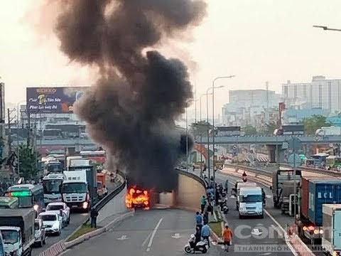 Chiếc xe buýt bốc cháy trong hầm chui.