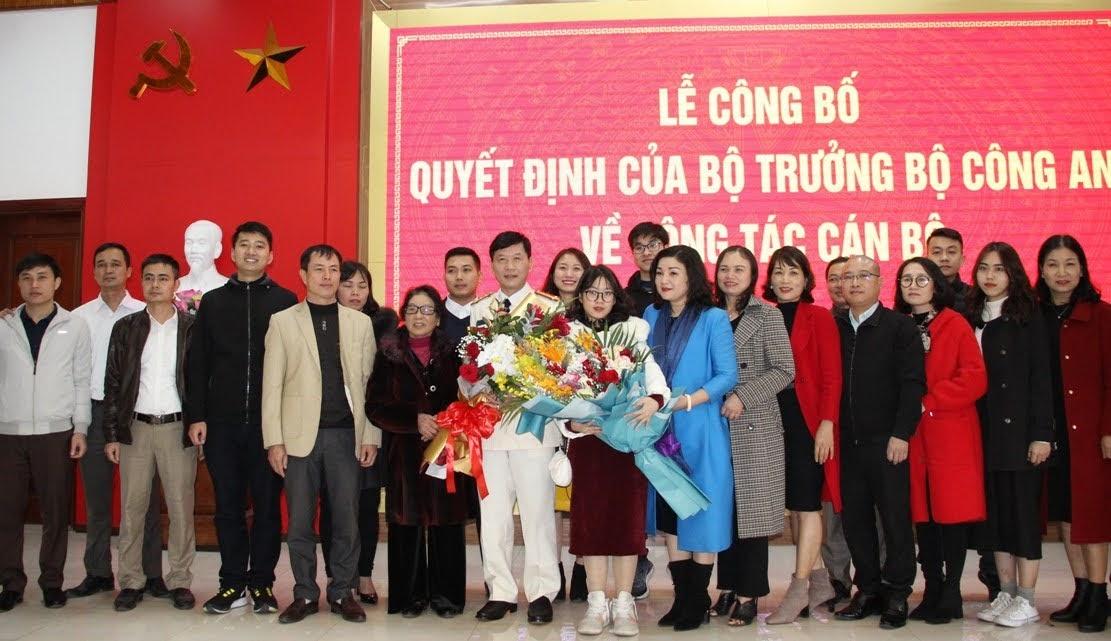 Thân nhân đồng chí Đại tá Lê Văn Thái – Phó giám đốc Công an tỉnh chụp ảnh lưu niệm