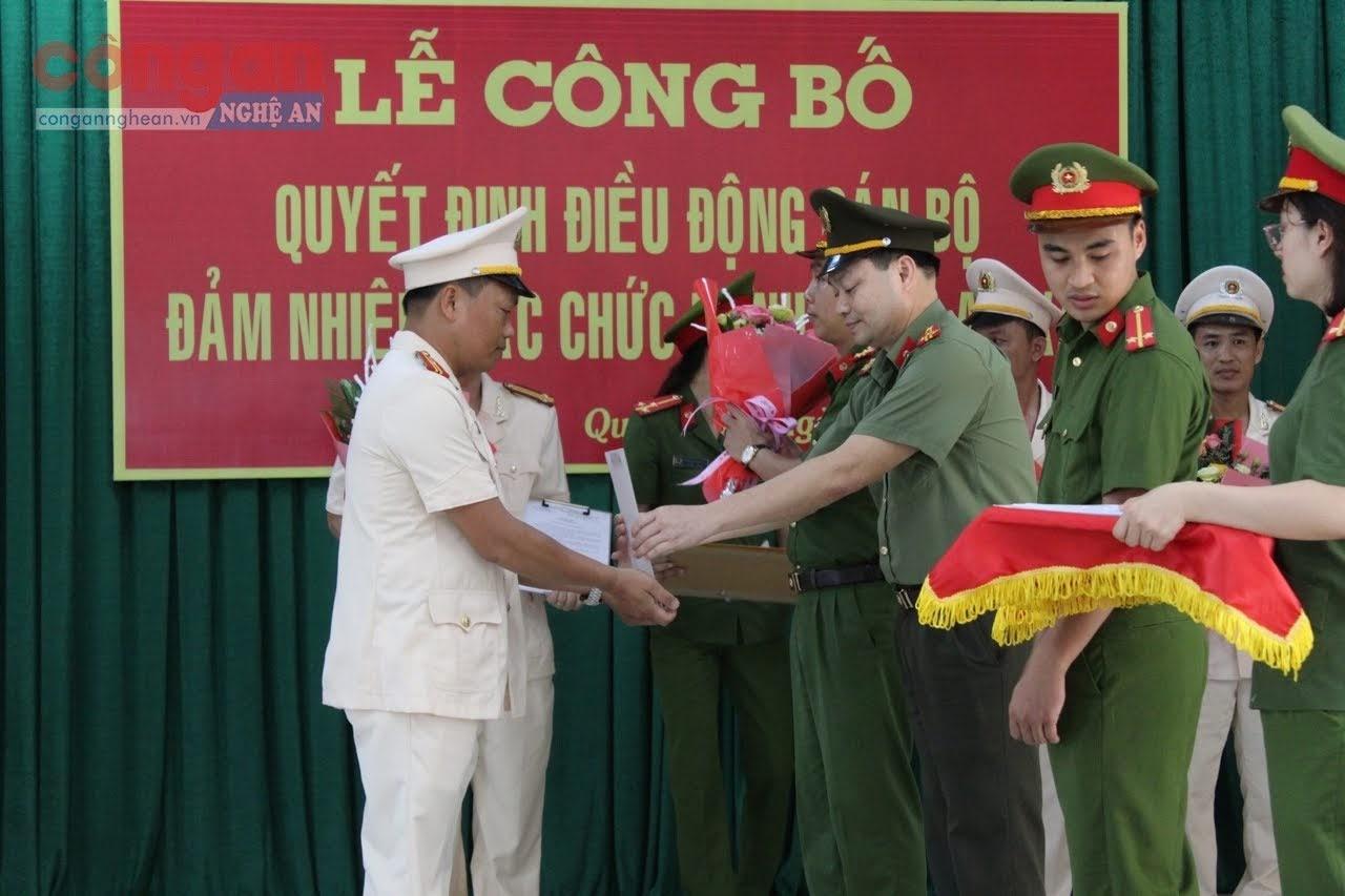 Thượng tá Đào Văn Huy, Phó trưởng phòng Tổ chức cán bộ trao quyết định bổ nhiệm cho đồng chí Trưởng Công an xã