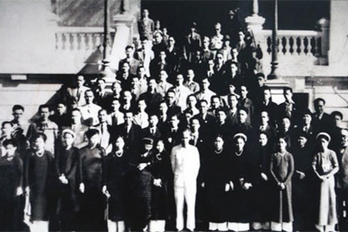 Chủ tịch Hồ Chí Minh chụp ảnh cùng các đại biểu Quốc hội khóa I. Ảnh Tư liệu